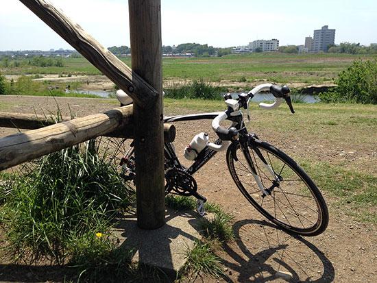多摩川サイクリングロード沿いでたたずむFENTEの画像