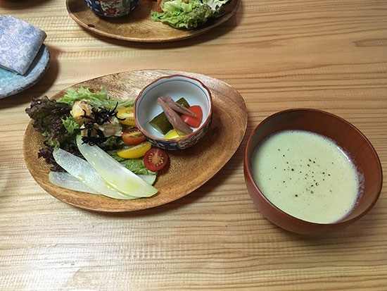 cafe月見かえるさんのカレーセットのサラダとスープ。