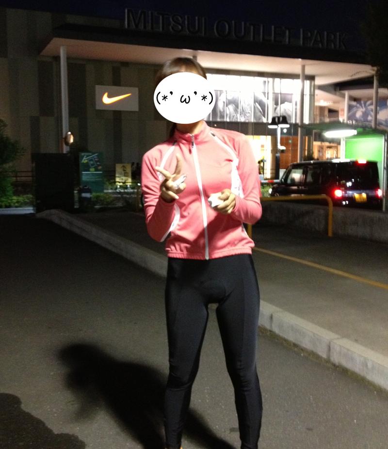 三井アウトレットパーク前でサイクルジャージを着て記念写真